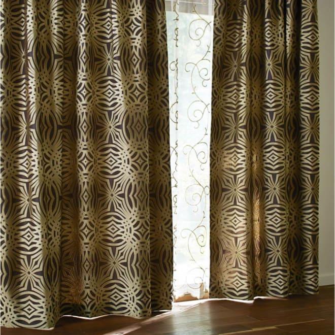 Beata/ビアータ ホテル仕様国産ジャカード織カーテン(1枚) ゴールド ※外からの光を受けて実際よりも暗くうつっています。生地の色はベッドスプレッドを参考にしてください。