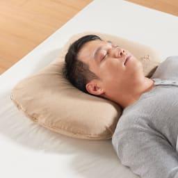 エネタンピローフェミニン(枕カバー付き) じんわり、頭の形にあっていきます。首元も柔らかくサポートしてくれます。触感はやわらかく、とにかく気持ちがよい!!男性には若干寝返りはしにくいかも、やはり女性の為の枕(男性、睡眠環境・寝具指導士)