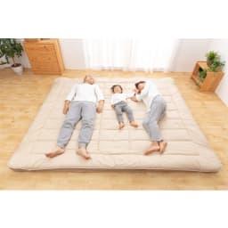 お得なファミリー寝具セット幅240cm [抗菌コンパクト&ワイド 敷布団]ファミリー3人使用イメージ