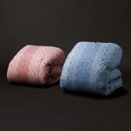 京都西川 特選2層式羽毛布団 レギュラータイプ 左からレギュラータイプ(ア)レッド系、増量タイプ(イ)ブルー系 ※お届けはレギュラータイプのみになります。