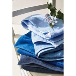 Blue on Blue(ブルーオンブルー) タオル ミニバスタオル 色が選べる2枚 毛羽落ちやほつれを防ぎ、長く使っても質感が変わりにくいタオルを作るため、短めのパイルを高密度で織り上げました。軽やかで普段使いしやすい適度なボリューム感とコシのある使い心地です。上から、スカイブルー・マリンブルー・コバルトブルー・トゥルーネイビー