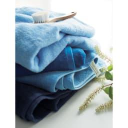 Blue on Blue (ブルーオンブルー)タオル バスタオル 色が選べる2枚 短めのパイルで織り上げたタオルは、毛羽落ちやほつれがしにくく長く使っても質感が変わりにくいのが特徴です。見せても素敵なネームタグはフックにかけて大活躍。一つの色で統一しても、グラデーションで揃えても、美しくバスルームに並びます。