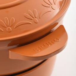 BRUNO ブルーノ グリルポット 限定色の(ウ)オレンジにはレリーフ入り。