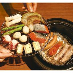 スモーク料理を簡単に!煙の出ない燻製鍋 (2)金網に食材をのせます。