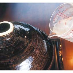 スモーク料理を簡単に!煙の出ない燻製鍋 (4)溝のふちから煙が出てきたら溝に水を注ぎます。