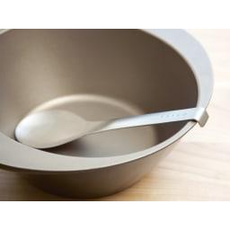 EAトCO/イイトコ Suqu serving spoon スクウ サービングスプーン 持ち手の端がフック形状なので、食器や鍋の中にすべり落ちる心配がありません。