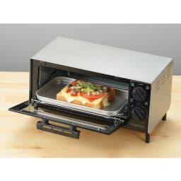 トーストが美味しいコンパクトミラーオーブントースター 調理の幅が広がるトレー付き。