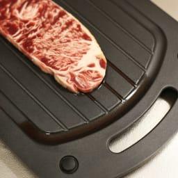 あっという間に解凍!アルミ解凍板 プロフボード(まな板3枚付き) 食材のドリップが溝に流れる為、食材がビショビショになりません