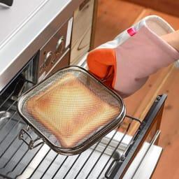 アツアツ料理の熱から手を守る、グッとつかめる耐熱ミトン