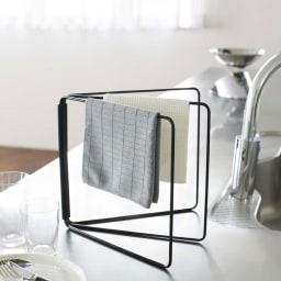 折り畳み布巾ハンガー タワー 使用イメージ(イ)ブラック