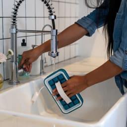 持ち運びができる製氷皿 ICEBREAKER アイストレー フタを開けて水を入れます。