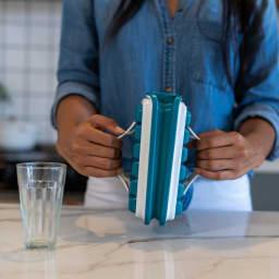 持ち運びができる製氷皿 ICEBREAKER アイストレー アイスブレーカーが伸びて、氷が外れます。