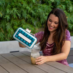 持ち運びができる製氷皿 ICEBREAKER アイストレー そのまま、グラスに氷を入れられます。
