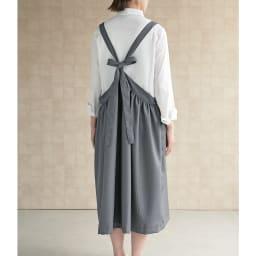 シワになりにくい ワンピースエプロン すとんと被って着られるゆったりシルエット。着丈が調節できるリボンで、後ろ姿もおしゃれ。 (ア)ダークグレー