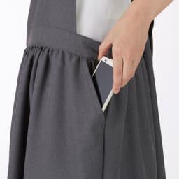 シワになりにくい ワンピースエプロン スマートフォンがすっぽり入る大き目ポケットが便利。