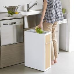 隙間に収まる スリム 作業台付き ダストワゴン キャスター付のゴミ箱なので、調理中のシンクの近くににゴミ箱を移動させることもできます