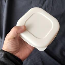 炊き立てご飯を美味しく冷凍!マーナ 極 冷凍ごはん容器 2個組 薄く丸みのある形状で均一にふっくらと解凍・加熱できます。