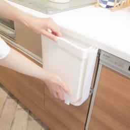 Shellpaka シェルパカ折り畳めるキッチン用ダストボックス 折り畳んだ状態では、棚からの奥行が6cmに。ずいぶんと薄くなります。