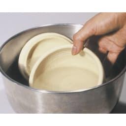伊賀焼長谷園 陶器のおひつ陶珍 1合用 (1)水を張ったボウルに、フタと本体を約1分間浸し、表面の水を拭く。