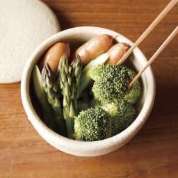 伊賀焼長谷園 陶器のおひつ陶珍 1合用 (3)適当な大きさにカットした食材を盛り付ける。