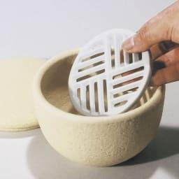 伊賀焼長谷園 陶器のおひつ陶珍 2合用 (2)本体の底に、付属の陶製すのこをセットする。