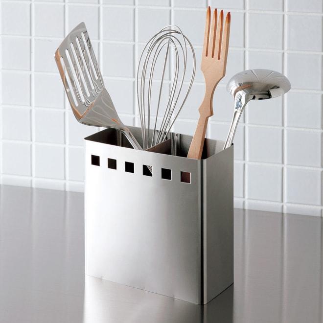 ステンレス製キッチンツールスタンド レギュラー幅15cm 中央部分には仕切りがあるので立てやすいです。
