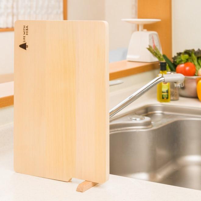 収納・乾燥に便利な自立スタンドが付いた 青森ヒバのまな板
