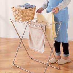 ステンレスランドリーテーブル 洗濯物を上に置きながら干せるため、いちいちかがむ必要がありません。