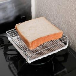 ふっくらおいしくパンを焼く セラミック焼網 小サイズ 2.食パンを置きます