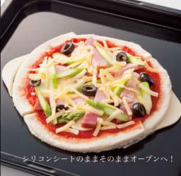 食パンからピザを作る【PAN DE PIZZA パンデピザ】 (4)お好みの具をのせて付属のシリコンシートのままオーブンへ。
