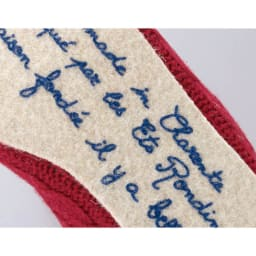 フランス製 ウールライナールームシューズ ソール裏に綴られたメッセージもお茶目。裏側にはゴムなどの滑り止めはありませんので、階段でのご使用などはご注意ください。