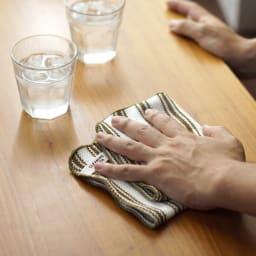 クリーニングクロスカーキ 食事の油汚れが気になる机にも。