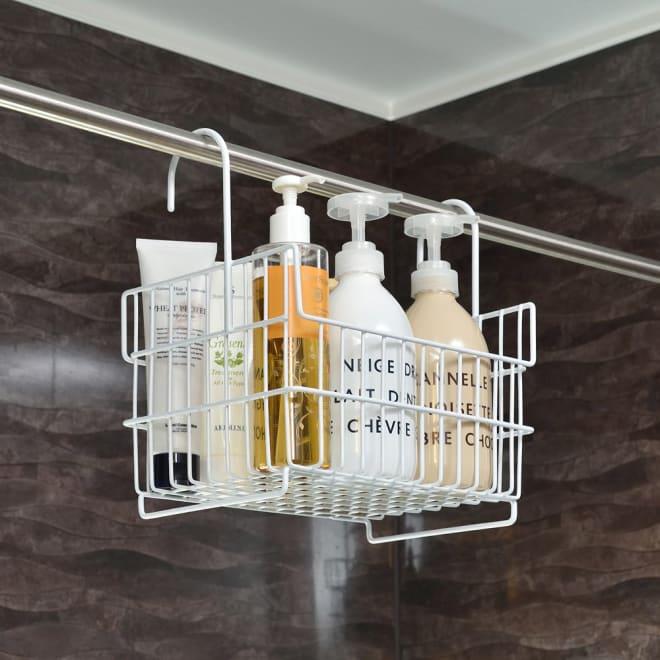 浴室のバーに掛けられる おもちゃバスケット 使用イメージ お風呂のバーにかけてすっきり収納