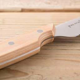 貝印 ブレッドナイフ pas mal WAVECUT/パマルウェーブカット (パン切り包丁) 指の置き場となる窪みをつくることで、安定して持つことができるため、刃渡りの長いナイフも狙った所をキレイにカットできます。