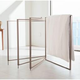 アルミ製 衣類&布団干し (室内物干し) 使用イメージ ※写真は4枚タイプ(イ)シャンパンゴールドです。