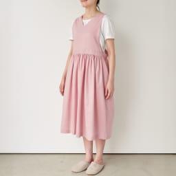 麻混ウエストギャザー ワンピースエプロン (ア)ピンク すとんと被って着られるゆったりシルエット。着丈が調節できるリボンで、後ろ姿もおしゃれ。