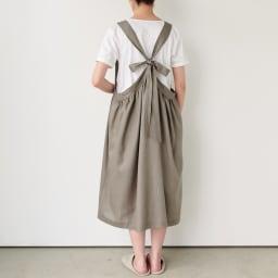 麻混ウエストギャザー ワンピースエプロン (イ)グレージュ すとんと被って着られるゆったりシルエット。着丈が調節できるリボンで、後ろ姿もおしゃれ。