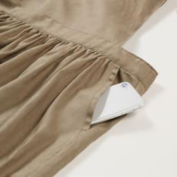 麻混ウエストギャザー ワンピースエプロン 大きめの携帯電話も、スッポリ入る深さのポケット。