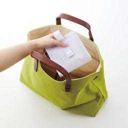 たためる携帯ティッシュケース タワー 畳むとよりコンパクトに。小さなバッグでも気軽に持ち運べます。