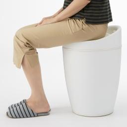 WENKO/ウェンコ 収納付きスツール 座面は座り心地のいいクッション入り。
