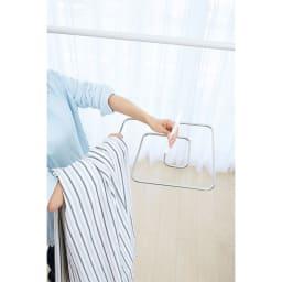 シーツやバスタオルをコンパクトに干せる!スリムくるくる洗濯ハンガー ハンガーに沿ってくるくる掛けてください。