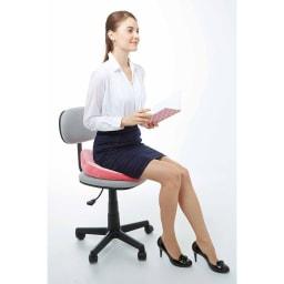 長時間座る姿勢をサポート! 骨盤サポートクッション オフィスでも使いたくなるかわいいデザイン