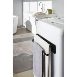 Tower/タワー 洗濯機横 マグネット タオルハンガー2段 使用イメージ(イ)ブラック