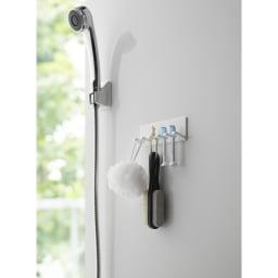 Tower/タワー マグネットバスルーム歯ブラシホルダー 5連  歯ブラシは5本まで収納できます。シェーバーや替えの電動歯ブラシ、バス小物の収納にも使えます。