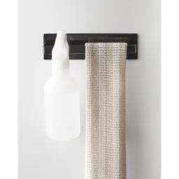 Tower/タワー マグネット バスルームタオルハンガー タオルを横からスーッと通して楽に掛けられます。