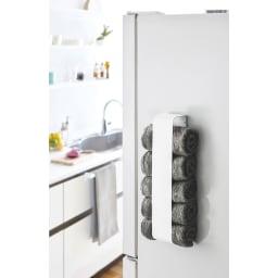 Tower/タワー マグネットタオルホルダー 冷蔵庫側面に取り付ければ替えのキッチンタオルがすぐ取ることができます