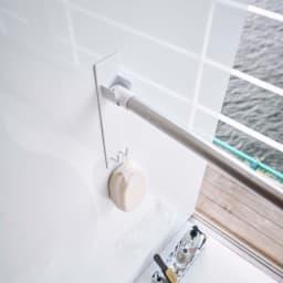 Tower/タワー マグネットバスルーム物干し竿ホルダー2個組 マグネットで簡単取り付けできる便利なフック付きの物干し竿ホルダー。