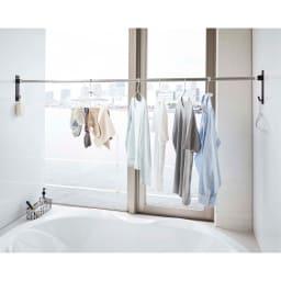 Tower/タワー マグネットバスルーム物干し竿ホルダー2個組 浴室のお好みの位置に取付けできますので、邪魔になりません