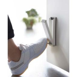 マグネット折り畳みドアストッパー スマート 立ったまま操作できる便利な玄関ドアストッパーです