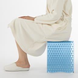 トライアングル アクリル製 バスチェアLL 立ち座りがしやすく、足腰が楽(画像はL)。